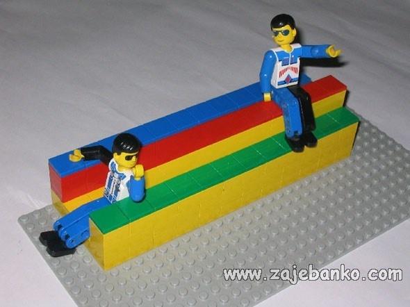 Nemoguća klupa od lego kockica