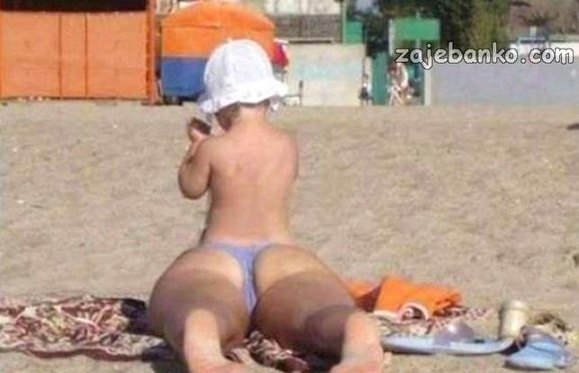Smiješna koincidencija - majka i dijete na plaži