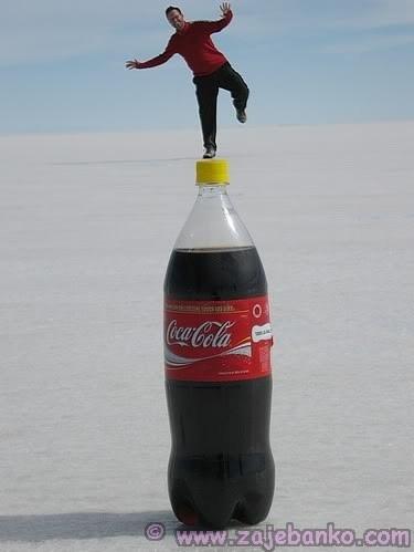 Percepcija daljine - optička iluzija - čovjek na boci Coca Cole