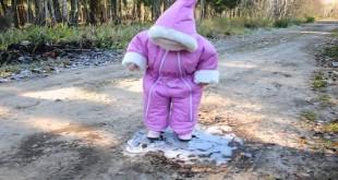 Smiješni padovi i nezgode male djece na ledu