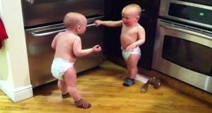 Preslatki blizanci razgovaraju