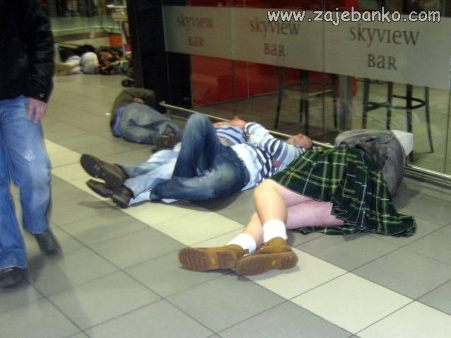 Zaspali u zračnoj luci čekajući zrakoplov