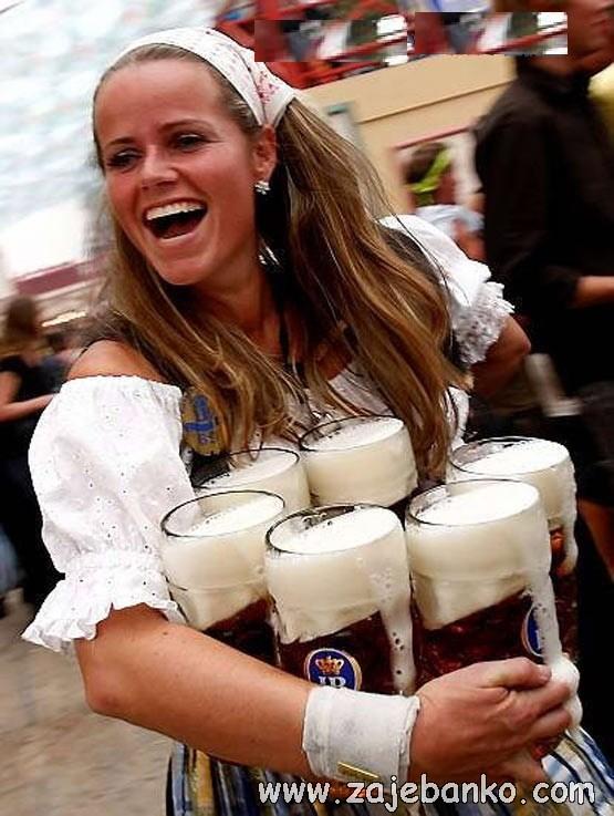 Savršene žene humor - ona donosi muškarcu pivo