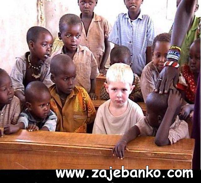 Smiješne slike djece - bijelo dijete među crnom djecom